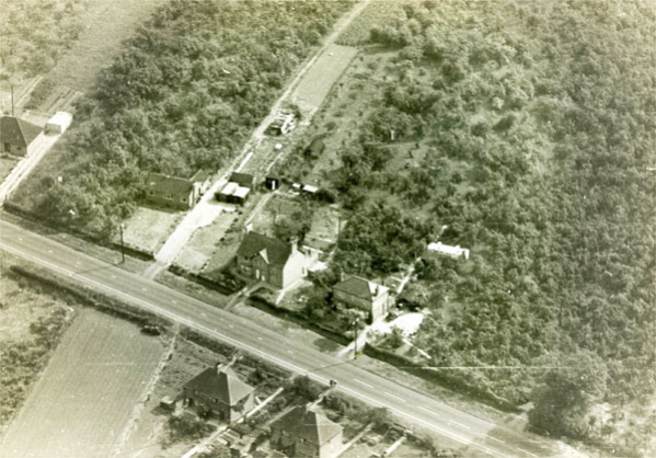 The houses above the road in the picture are, from right to left, No 30 occupied by Fred Martin's family, No 32 occupied by the Mason family and No 34 occupied by the Shooter family. The bungalow next to No 34 was occupied by George Halford. Below the road, from right to left, are 69, 71, 73 & 75 Pitchers Hill.
