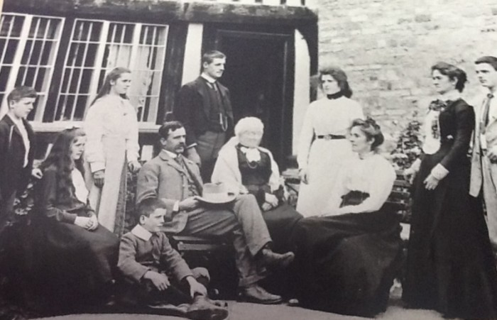 The Idiens family at Wickhamford Manor in the early 1900s