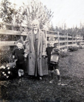 Alice Idiens with two of her grandchildren in Canada