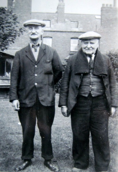 Thomas Smart Phillipps (left) and his elder brother, Arthur.