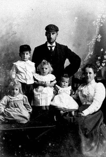 Albert and Hannah Maria Smith, nee Pope, with the eldest four of their twelve children – Lilian May, Albert John, Alice Maud and Flora Marian.