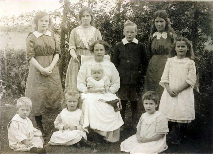 Hannah Maria Smith nee Pope and nine of the her children – standing from the left, Alice Maud, Lilian May, Henry Richard, Flora Marion and Mildred Cicily; on the ground are William Pearce, Daisy Violet and Elsie Mary. Donald Ernest is on Hannah's lap.