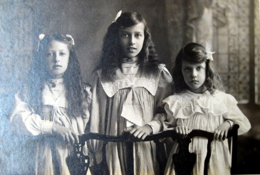 The daughters of Edward and Annie Pethard – Priscilla Marjorie, Violet Lillian and Nancy Kathleen – in about 1910