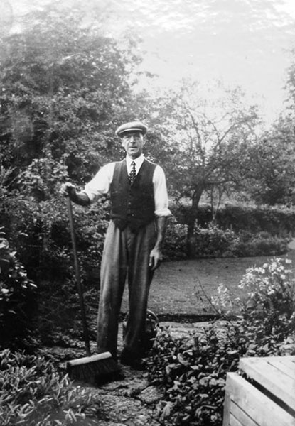 Norris Haines (1889-1974) was chauffeur, as well as gardener and handyman, to George Lees-Milne. After the Manor was sold he continued to work for the Lees-Milne family in Hody's place in Manor Road. The picture is probably from the 1920s or 1930s. Here is an article about Norris Haines.