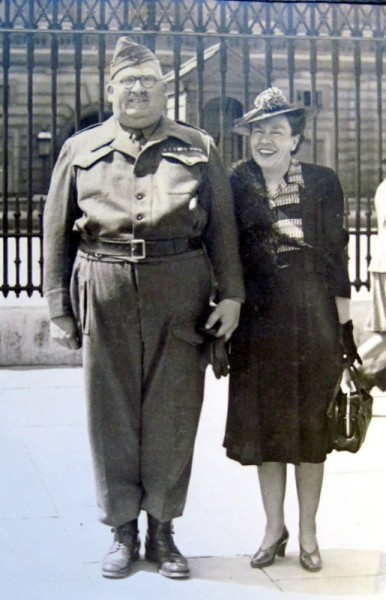 Syd Carter and his wife Doris outside of Buckingham Palace in 1943.