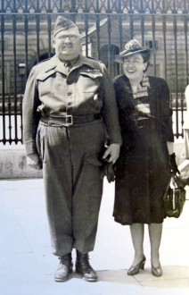 Sidney Carter and his wife outside of  Buckingham Palace