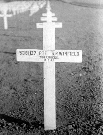 The temporary grave marker for Stanley Winfield, referred to in the letter below, before the Cemetery was laid out after the War